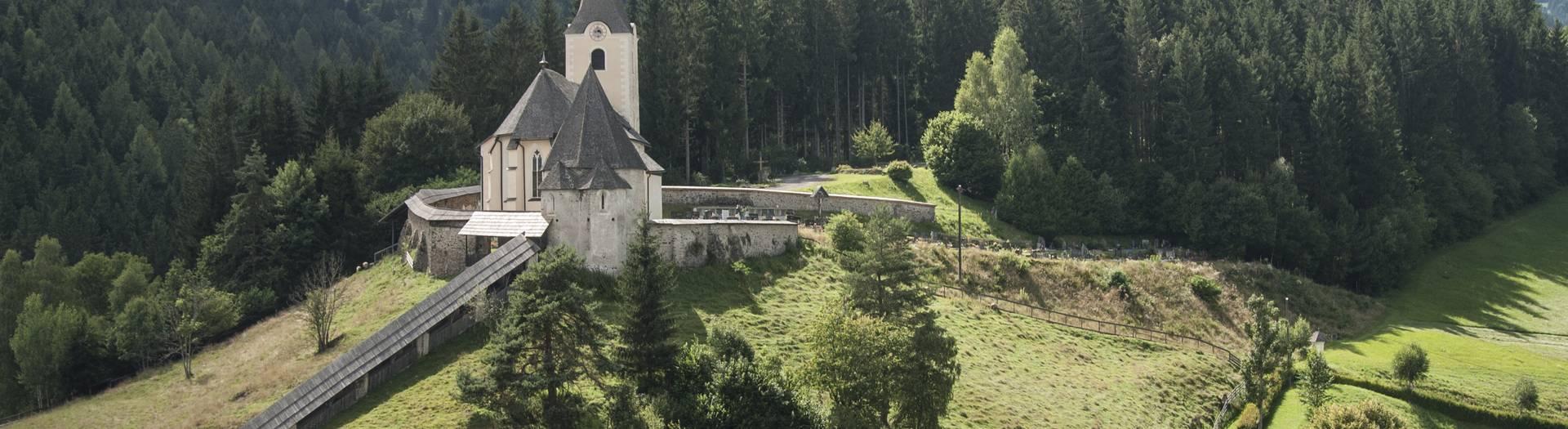 In einem Seitental des Gurktales liegt der Erholungsort Deutsch-Griffen. Markanter Punkt in der Gemeinde ist die auf einer Anhöhe gelegene Wehrkirche aus dem 12. Jahrhundert.