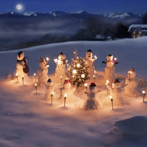 Schneemännerchor am Bauernhof im Winter