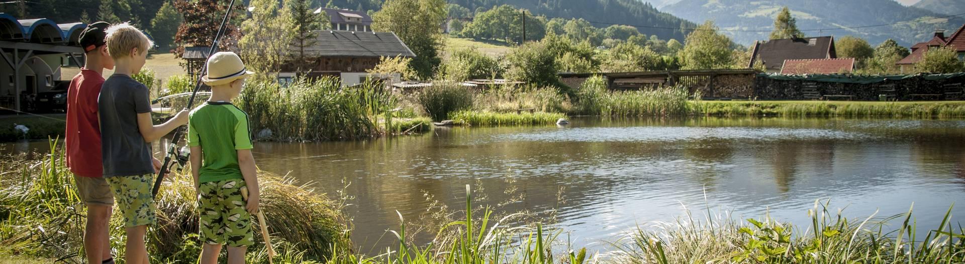 Kinder fischen in Feld am See