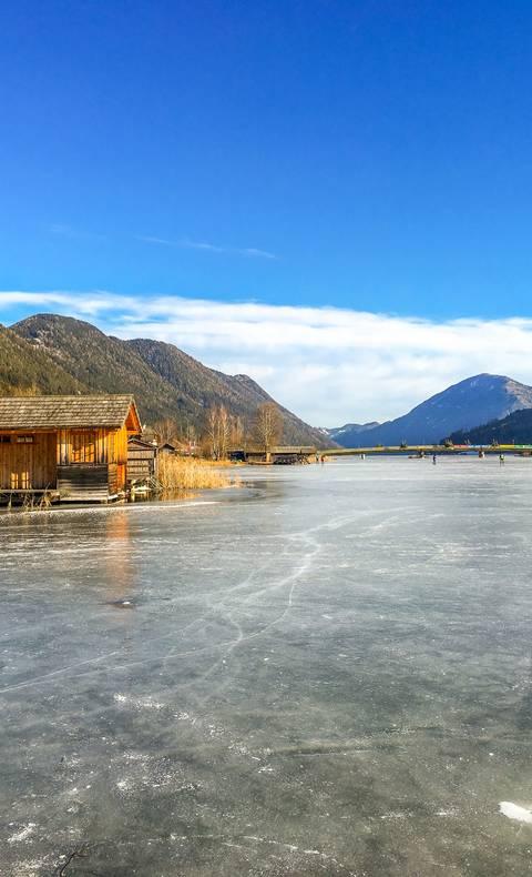 Eislaufen am Weissensee, der größten beständig zufrierenden und präparierten Natureisfläche Europas.