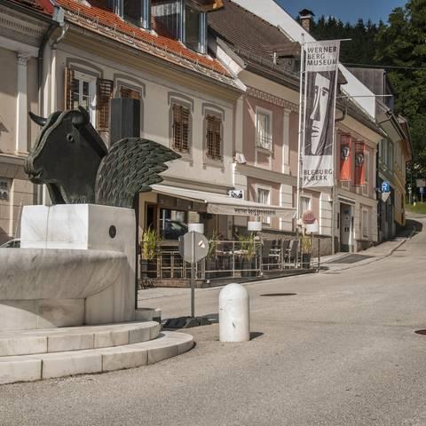 Freyungsbrunnen von Kiki Kogelnig in Bleiburg